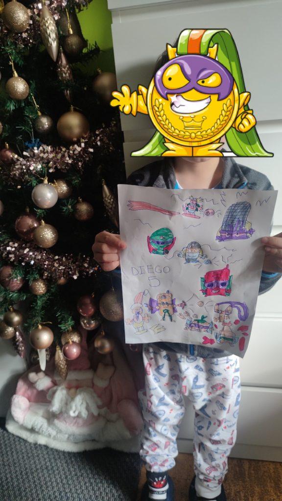 Diego con el dibujo de sus SuperThings
